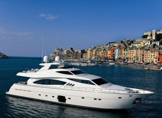 LOCATION YACHT FERRETTI 881