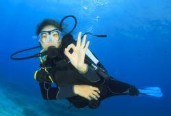 Une femme fait de la plongée sous-marine lors d'une location de yacht en Méditerranée