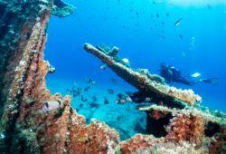 Plongeur explorant une épave dans la mer Égée en Grèce