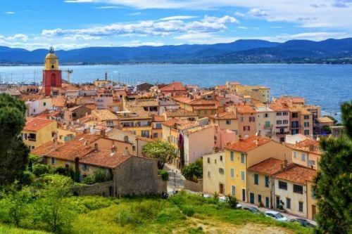 L'authentique village de Saint-Tropez et son clocher sur la Côte d'Azur