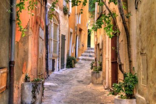 Une ruelle étroite dans le vieux village de Saint-Tropez sur la Côte d'Azur