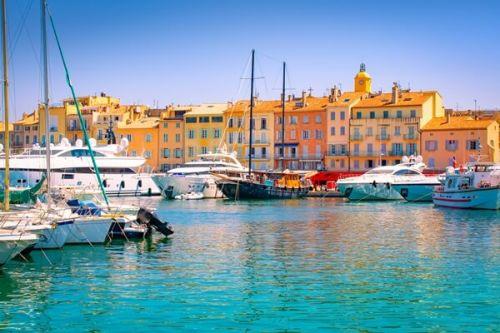 De luxueux yachts de location amarrés dans le port de Saint-Tropez