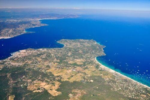 Vue aérienne du golfe de Saint-Tropez et de la plage de Pampelonne