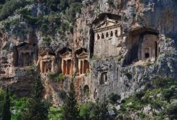 Des tombes rocheuses lyciennes près de Fethiye sur la Côte Turquoise en Turquie