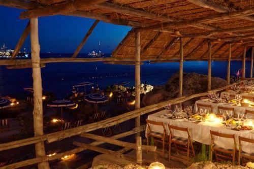 Le restaurant de plage La Fontelina à Capri en Méditerranée