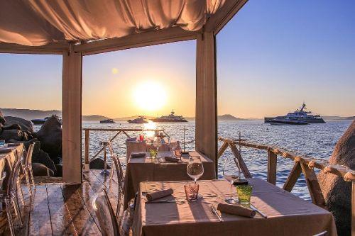 Le restaurant de plage Phi Beach en Sardaigne