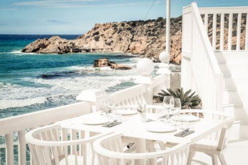 Le restaurant de plage Cotton Beach Club à Ibiza dans les îles Baléares
