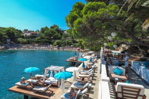 Le restaurant de plage méditerranéen Bonj Les Bains à Hvar en Croatie