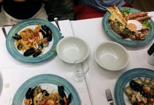 Plats de fruits de mer et de pâtes dans un restaurant des Cinque Terre en Italie