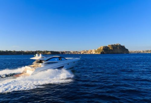 Un yacht à moteur de luxe de location pour une croisière dans les Cinque Terre