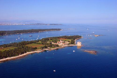 Vue panoramique des îles de Lérins dans la baie de Cannes