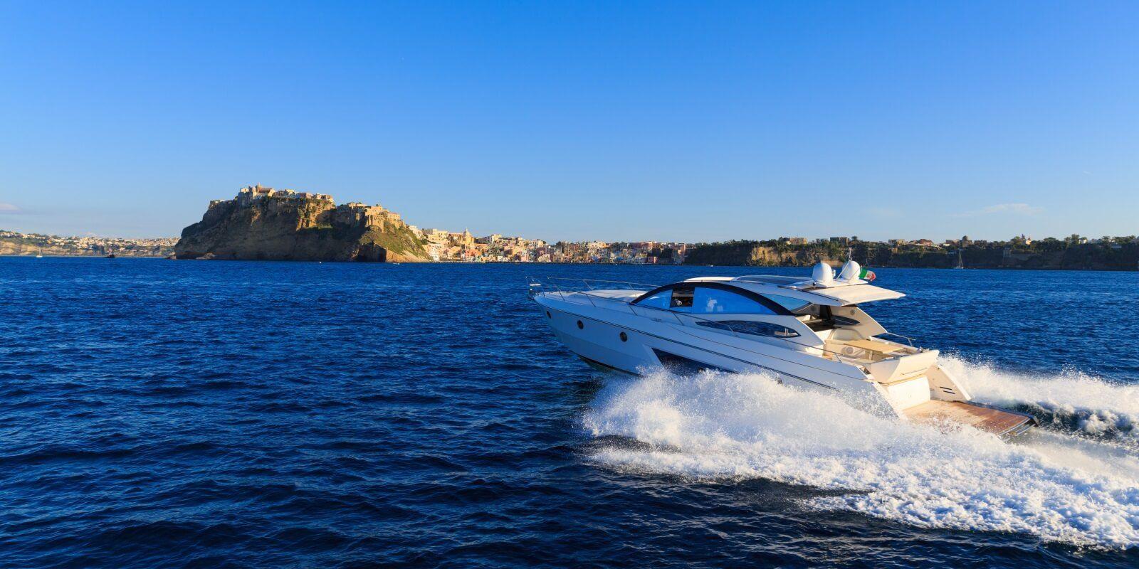 https://www.talamare.fr/medias/Un yacht à moteur disponible pour une location à la journée au départ de Cannes, Monaco ou Saint-Tropez