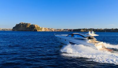 Un yacht à moteur disponible pour une location à la journée au départ de Cannes, Monaco ou Saint-Tropez