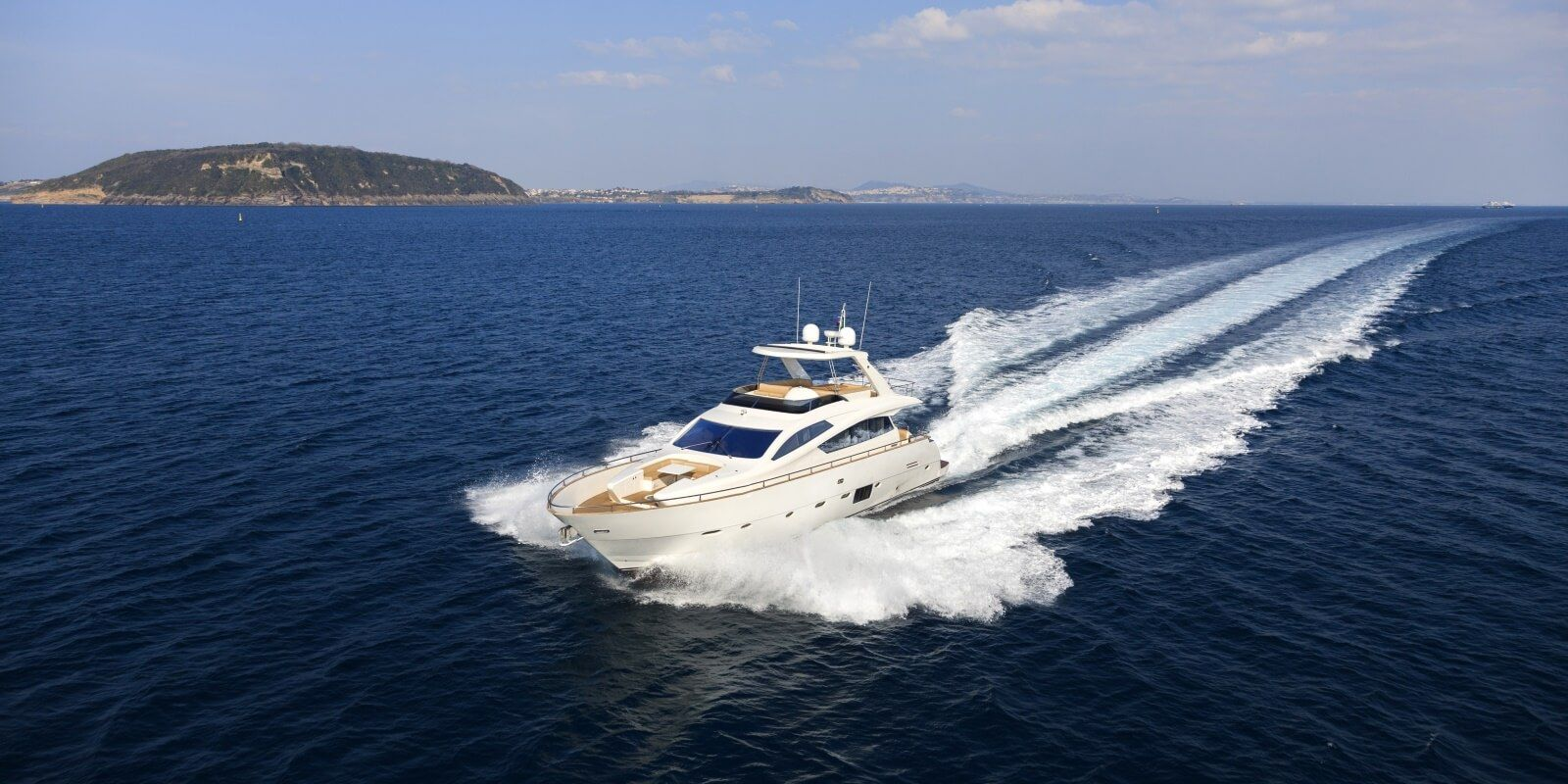 https://www.talamare.fr/medias/Un yacht à moteur en navigation lors d'une journée de location sur la Côte d'Azur