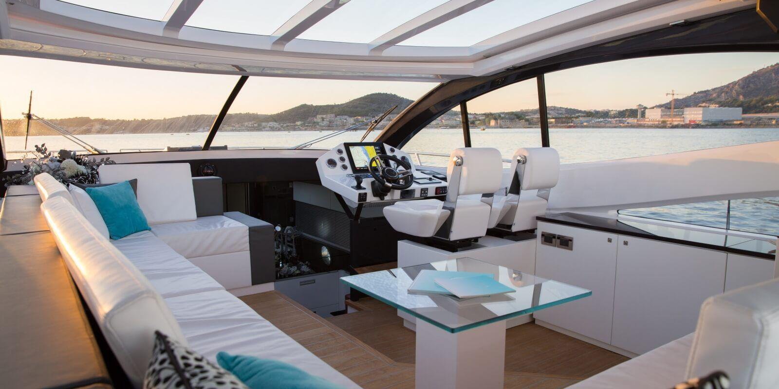 https://www.talamare.fr/medias/Le cockpit d'un yacht de location naviguant de Cannes à Saint-Tropez lors d'une journée de location de bateau sur la Côte d'Azur