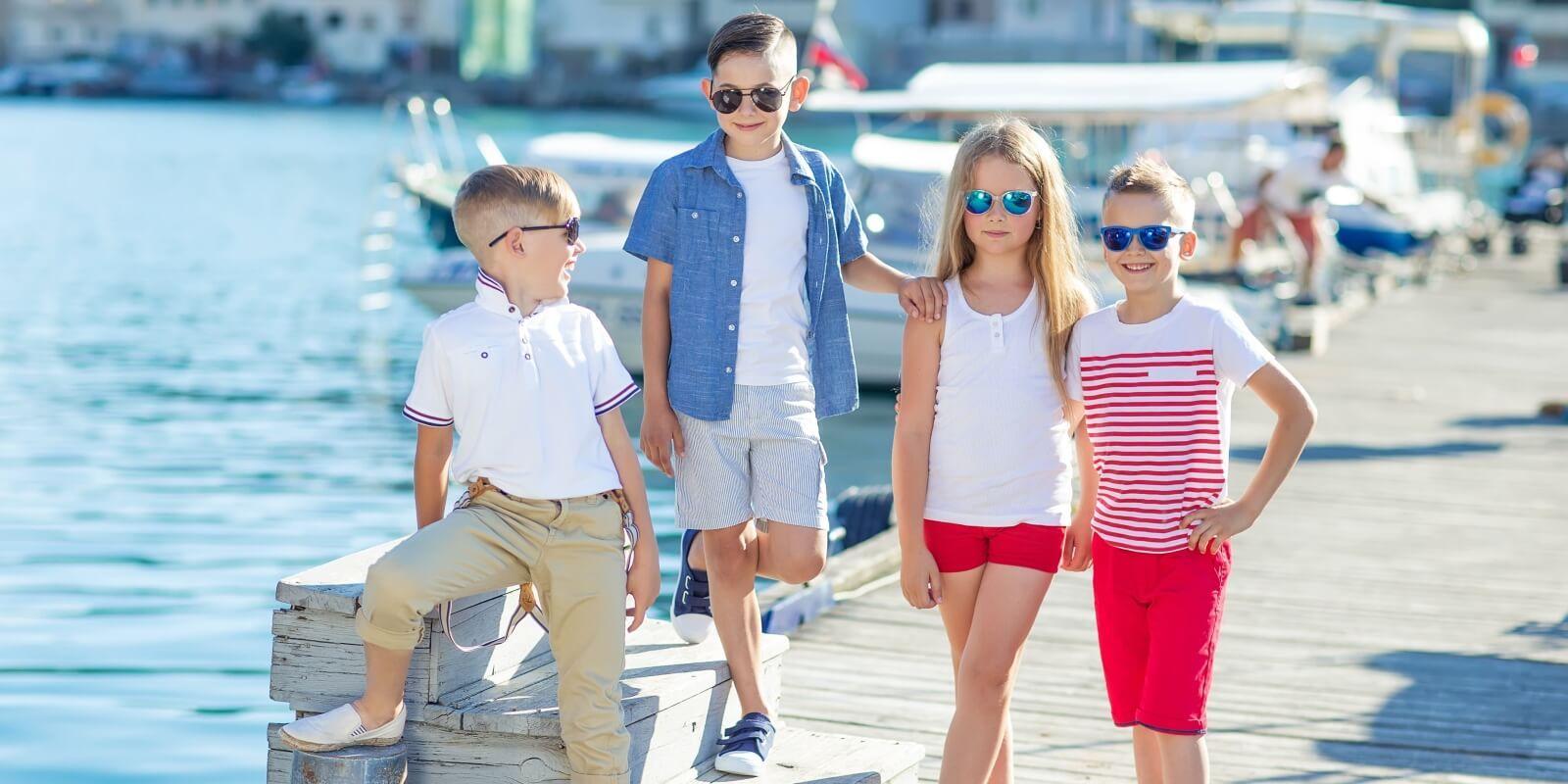 https://www.talamare.fr/medias/Quatre enfants garçons et filles prêts à embarquer sur un yacht au charter