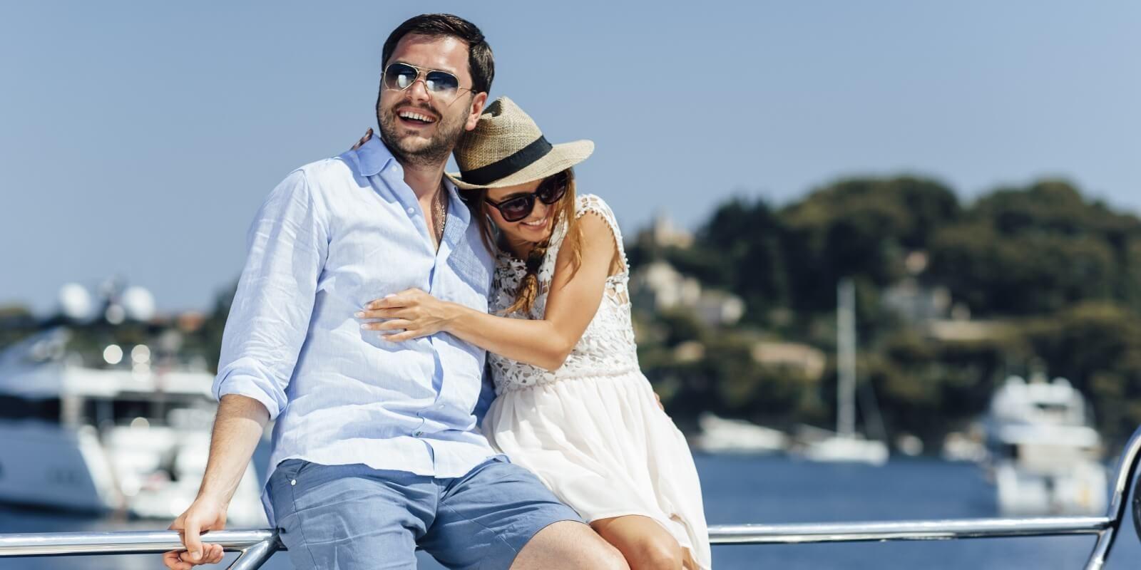 https://www.talamare.fr/medias/Des parents se détendent sur leur yacht de location pendant des vacances en famille en France