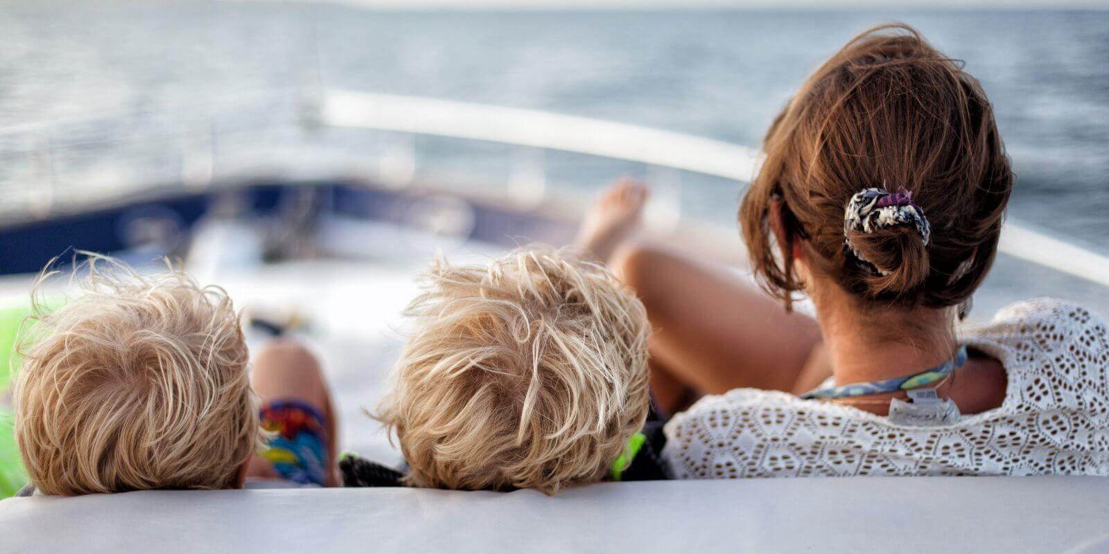 https://www.talamare.fr/medias/Une famille avec enfants se détend sur les bains de soleil du pont avant d'un yacht de location