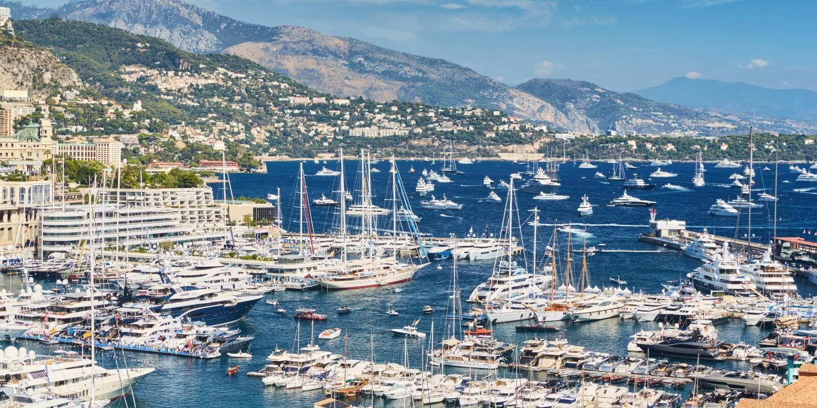 https://www.talamare.fr/medias/Entrée du Port Hercule à Monaco avec des yachts mis en place pour des locations yacht événementielles