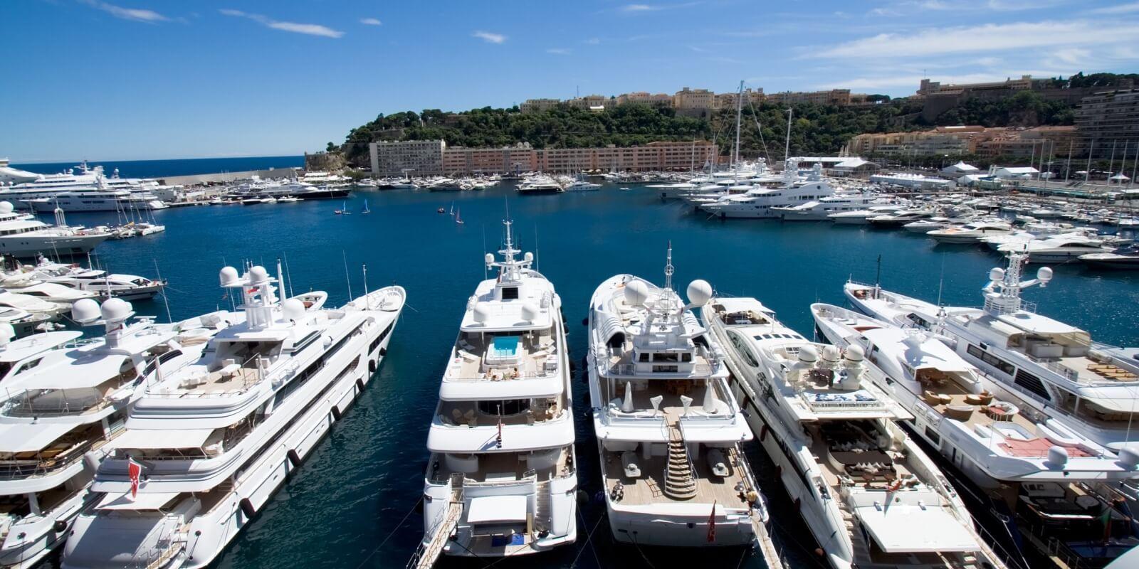https://www.talamare.fr/medias/Panorama du Port Hercule et du Rocher lors d'une location de yacht pour le Grand Prix de Monaco
