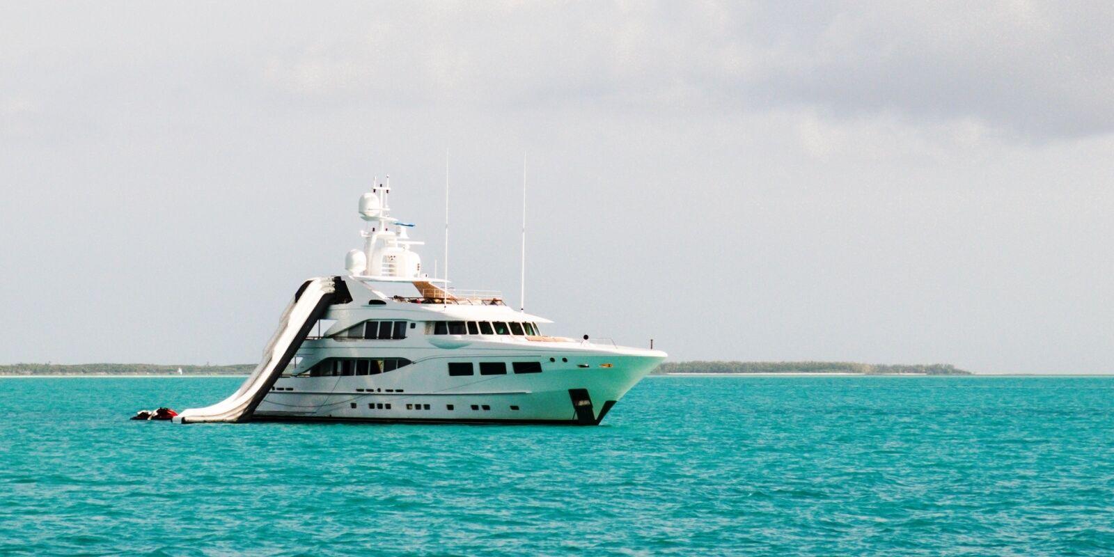 https://www.talamare.fr/medias/Un yacht disponible à la location avec sa collection de water toys