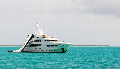 Un yacht disponible à la location avec sa collection de water toys