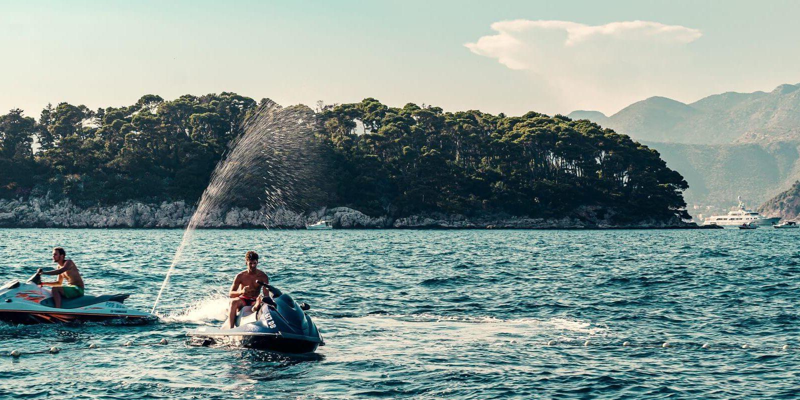 https://www.talamare.fr/medias/Des charter guests profitant des équipements nautiques et du jet ski d'un yacht à la location