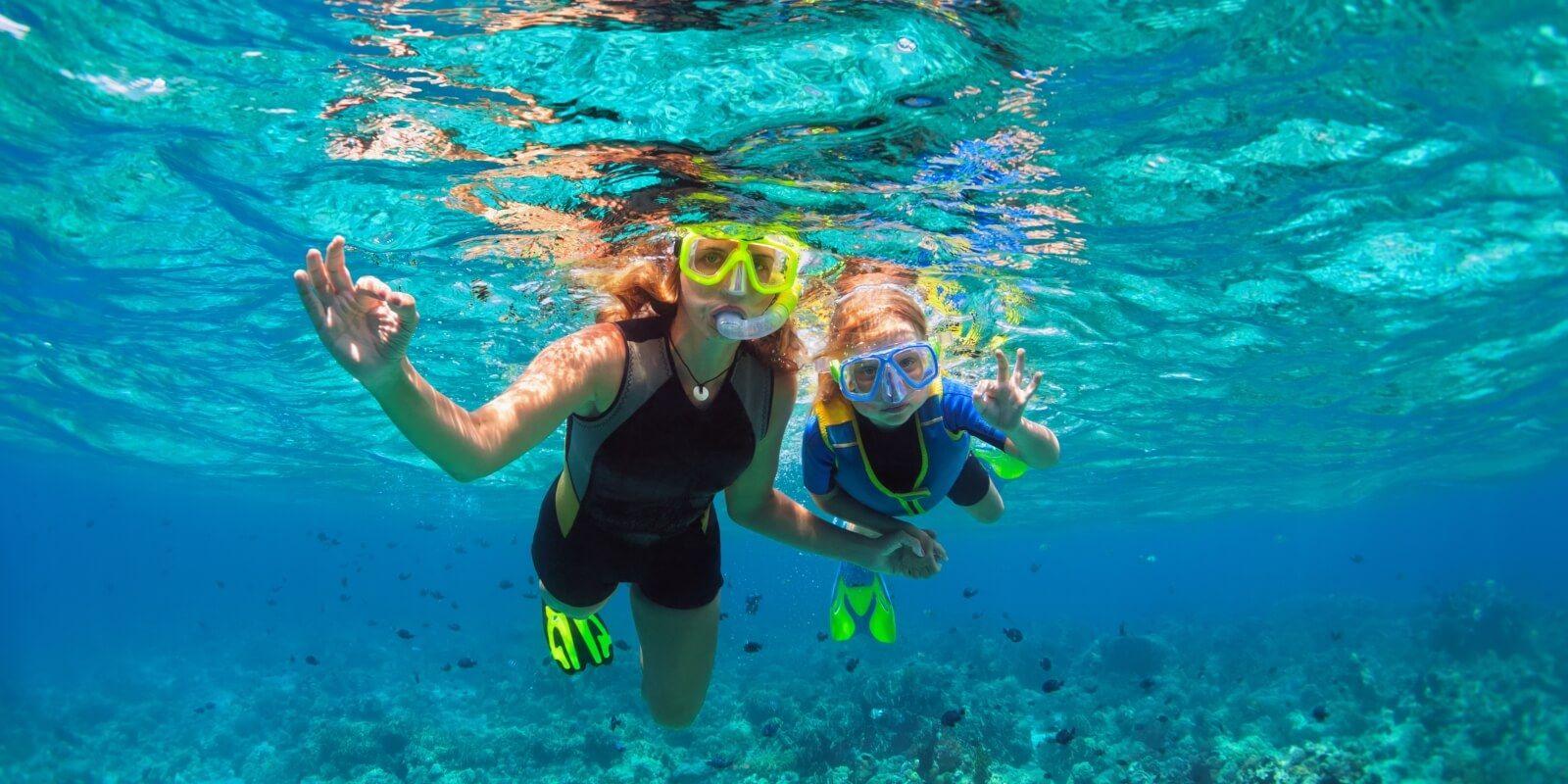 https://www.talamare.fr/medias/Une femme et sa fille faisant du snorkeling lors d'une location de yacht