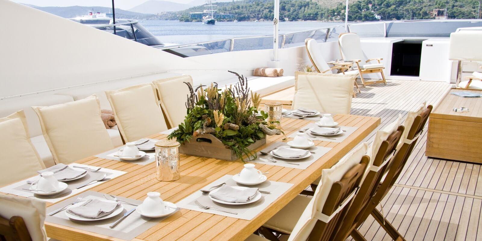https://www.talamare.fr/medias/Une table dressée pour un déjeuner d'affaires lors d'un événement d'entreprise à bord d'un yacht de location