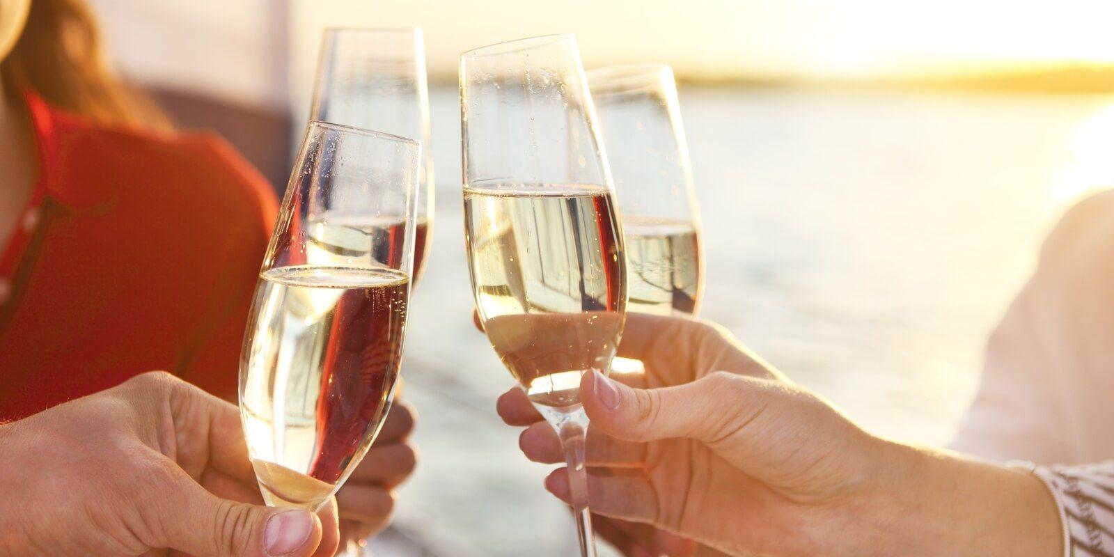https://www.talamare.fr/medias/Cocktail avec champagne et amuse-bouches pour un événement team building d'entreprise à bord d'un yacht de location