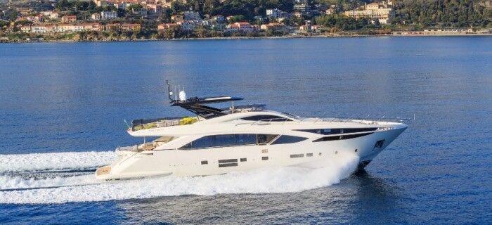 Un yacht disponible pour une location de bateau à la journée avec des charter guests à bord