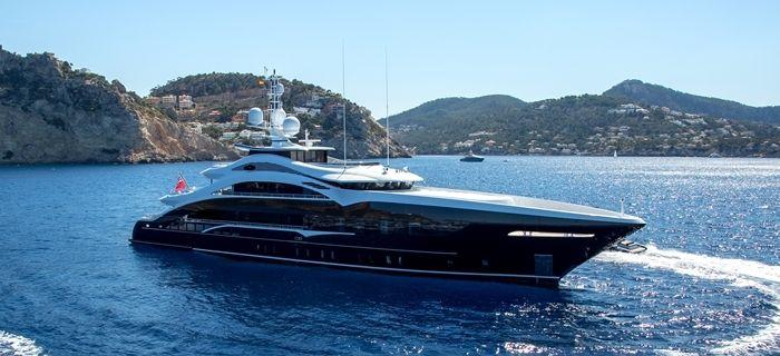 Un superyacht à la location naviguant le long de la Côte d'Azur