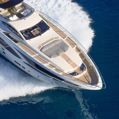 Vue aérienne d'un yacht de location de luxe