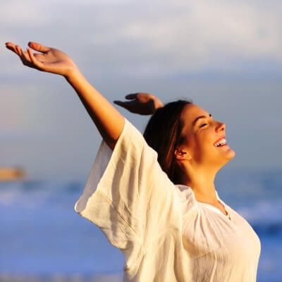 Une femme profitant du soleil de la Méditerranée pendant sa location de yacht