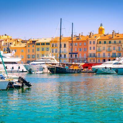 Le port de Saint-Tropez sur la Côte d'Azur avec des yachts de location amarrés