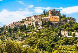 Vue panoramique du village perché d'Eze sous un beau ciel bleu