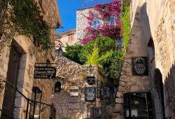 Une rue étroite dans le village perché d'Eze, avec ses jolies maisons en pierre