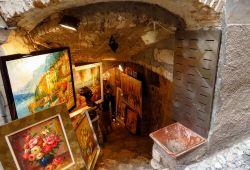 Tableaux exposés devant une galerie d'art dans le village perché de Saint-Paul-de-Vence