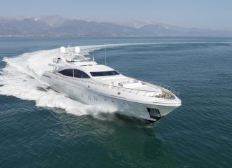 LOCATION YACHT MANGUSTA 165E