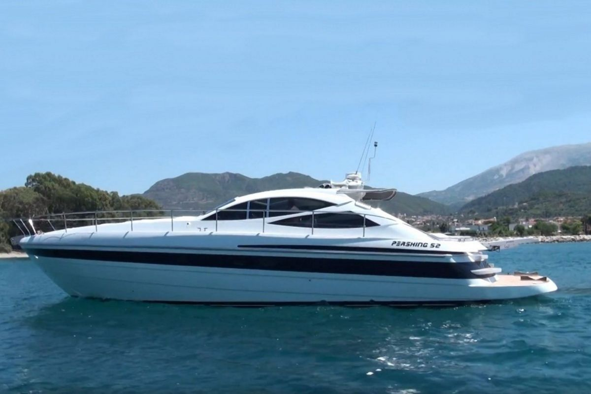 LOCATION YACHT PERSHING 52